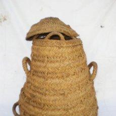 Antigüedades: CESTO-CAPAZO-ALFORJA DE ESPARTO CON TAPADERA Y 3 ASAS, 61 CM. ALTURA X 43 BASE X 30 BOCA. Lote 45808316