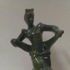 Antigüedades: PRECIOSA FIGURA DE SEVILLANA BAILANDO REALIZADA EN CERAMICA .FIRMADA R. ALCORA. Lote 45821358