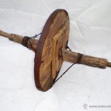 Antigüedades: RUEDA DE CARRETILLA DE MADERA Y HIERRO CON EJE Y REFORZADA CON ALHAMBRE, DIÁM. RUEDA:46 CM. LONG.73. Lote 45823784