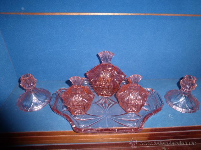 ANTIGUO JUEGO DE TOCADOR EN CRISTAL DE COLOR ROSA, COMPUESTO POR 6 PIEZAS. (Antigüedades - Cristal y Vidrio - Inglés)
