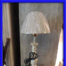 Antigüedades: PANTALLA LAMPARA DE MADERA EN DECAPE EN TONO BLANCO ROTO. Lote 122026956