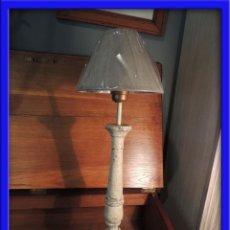 Antigüedades: PANTALLA LAMPARA DE MADERA EN DECAPE EN TONO BLANCO ROTO. Lote 45602992