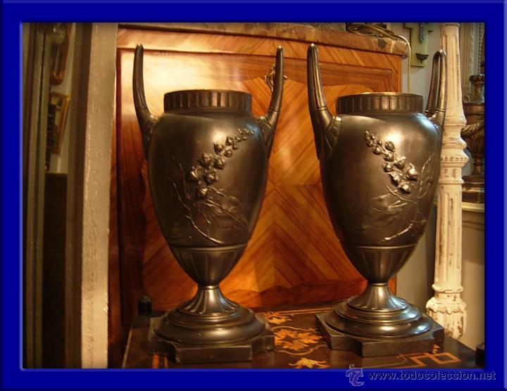 DECORATIVA PAREJA DE COPAS DE BRONCE SOBRE BASE DE MARMOL NEGRO DEL XIX (Antigüedades - Hogar y Decoración - Copas Antiguas)
