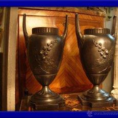 Antigüedades: DECORATIVA PAREJA DE COPAS DE BRONCE SOBRE BASE DE MARMOL NEGRO DEL XIX. Lote 29141501