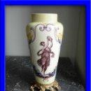 Antigüedades: JARRON DE PORCELANA PINTADO A MANO CON ENGARCE EN BRONCE. Lote 31284297