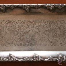 Antigüedades: MAGNIFICA ANTIGUA BANDEJA DE METAL PLATEADO CON RELIEVES CON MARCA SILVER PLATED MADE IN SWEDEN. Lote 45874858