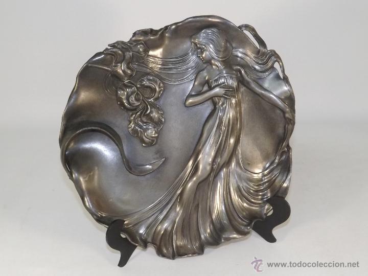 PLATO MODERNISTA EN PELTRE. PRECIOSO. (Antigüedades - Hogar y Decoración - Platos Antiguos)