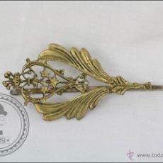 Antigüedades: ANTIGUO PRENDEDOR CON HORQUILLA - DORADO Y CON DETALLES VEGETALES / FLORALES -MEDIDAS 70 MM LONGITUD. Lote 45901794