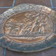 Antigüedades: ANTIGUA BANDEJA REPUJADA ESCENA BUCOLICA GALANTE.. Lote 45913566