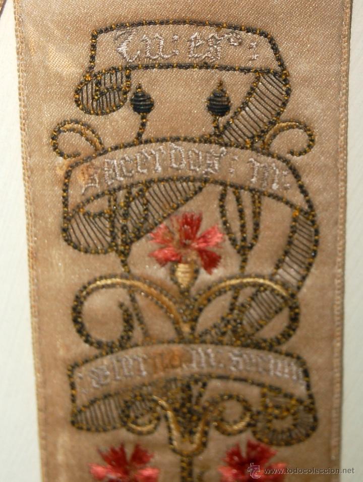 Antigüedades: PRECIOSA BANDA RELIGIOSA BORDADA SOBRE SEDA CON RIBETES DORADOS. FECHADA DEL AÑO 1900 - Foto 3 - 45942425