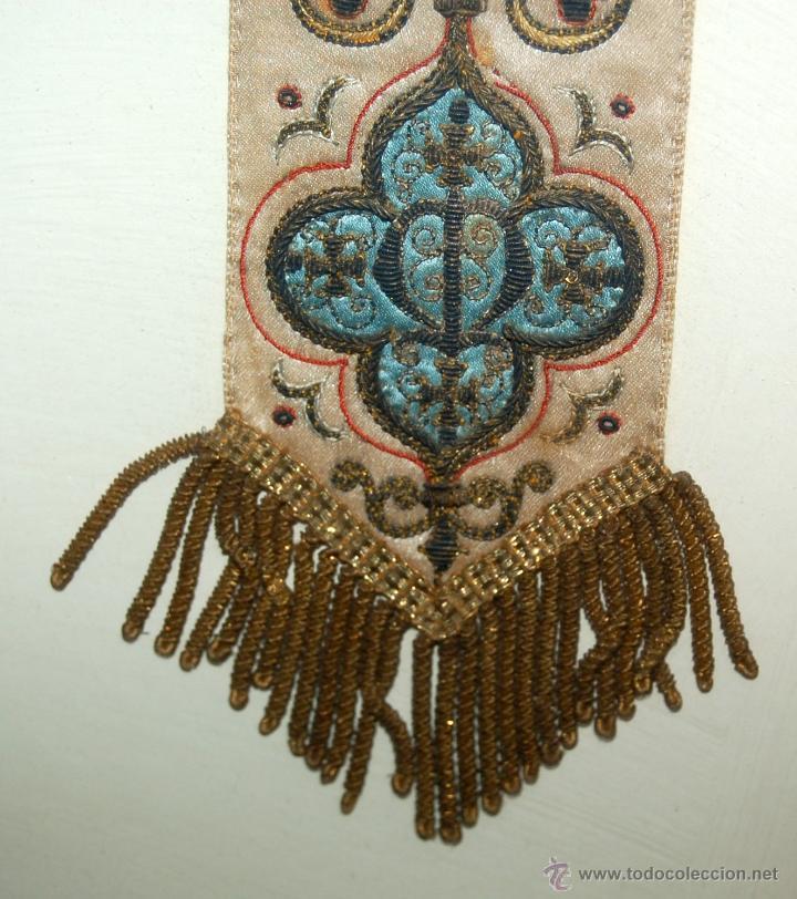 Antigüedades: PRECIOSA BANDA RELIGIOSA BORDADA SOBRE SEDA CON RIBETES DORADOS. FECHADA DEL AÑO 1900 - Foto 8 - 45942425