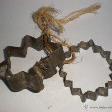 Antigüedades: JUEGO DOS ANTIGUOS MOLDES DE HOJALATA PARA PASTAS-REPOSTERÍA. Lote 45944737
