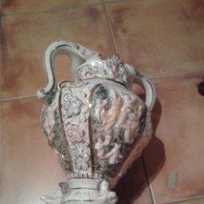 Antigüedades: ANTIGUO GRANDE JARRÓN DE CERAMICA ESTILO CAPODIMONTE DE 43 CM DE ALTURA NUMERADO EN PERFECTO ESTADO. Lote 45949546