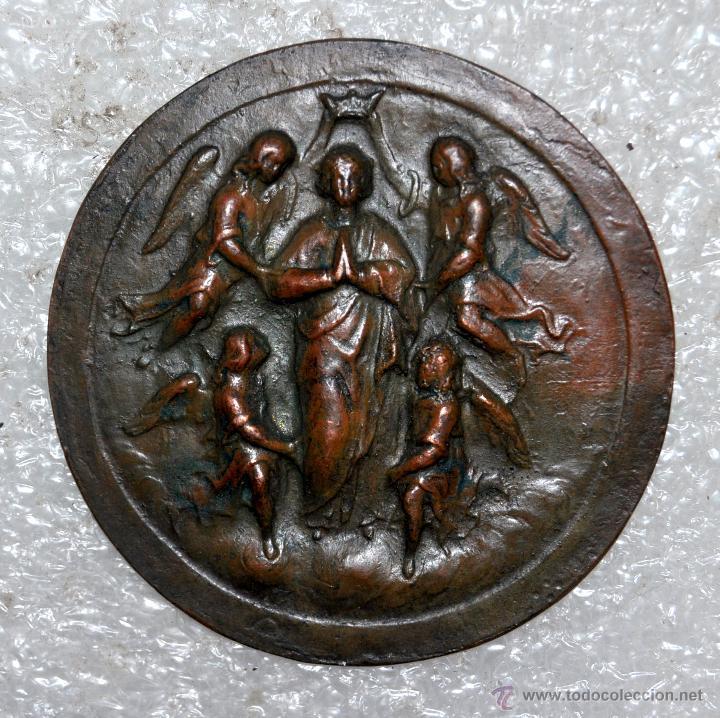 PEQUEÑO MEDALLÓN EN COBRE REPUJADO DE PRINCIPIOS DEL SIGLO XX. (Antigüedades - Religiosas - Medallas Antiguas)