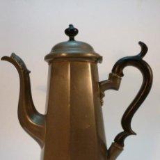 Antigüedades: CAFETERA DE METAL CON ASA DE MADERA. Lote 45965696