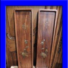 Antigüedades: PAREJA DE BANDEJAS CHINAS DE MADERA CON ADORNOS DE BRONCE. Lote 35897552