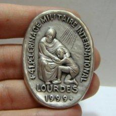 Antigüedades: MEDALLA RELIGIOSA. 41º PEREGRINACIÓN MILITAR INTERNACIONAL. LOURDES - 1999 (4,5 CM). Lote 45982758