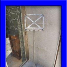 Antigüedades: PRACTICO ATRIL METALICO SE PUEDE SUBIR O BAJAR. Lote 183175165