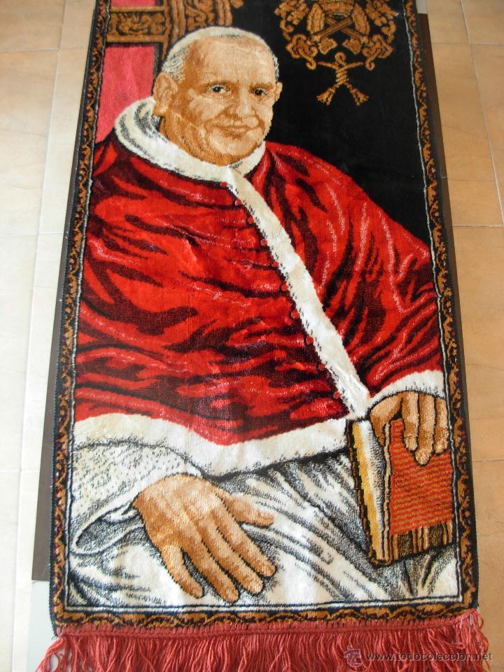 TAPIZ DE SU SANTIDAD EL PAPA JUAN XXIII. AÑOS 60. MEDIDAS 103CM X 48CM (Antigüedades - Hogar y Decoración - Tapices Antiguos)