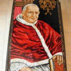 Antigüedades: TAPIZ DE SU SANTIDAD EL PAPA JUAN XXIII. AÑOS 60. MEDIDAS 103CM X 48CM. Lote 46025230