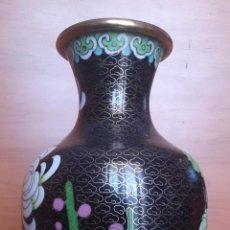 Antigüedades: ANTIGUO JARRÓN CHINO CLOISONNE CON MOTIVOS FLORALES ORIENTALES Y PEANA DE MADERA ( AÑOS 20/30 ).. Lote 46080520
