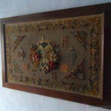 Antigüedades: FABULOSO BORDADO RELIGIOSO CON MARCO DE NOGAL SIGLO 19 DE GRAN TAMAÑO CRUZ ESCUDO LETRAS FLORES. Lote 46101488