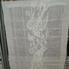 Antigüedades: DOS CORTINAS A GANCHILLO DE LOS AÑOS 70 DIBUJO DE PAJAROS. Lote 46142426
