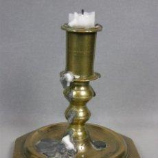 Antigüedades: ANTIGUO CANDELERO PORTAVELAS BOUGEOIR BRONCE OCTOGONAL S XVIII O XVII 2 BULBO PÁTINA 11,5X11,5. Lote 46146028