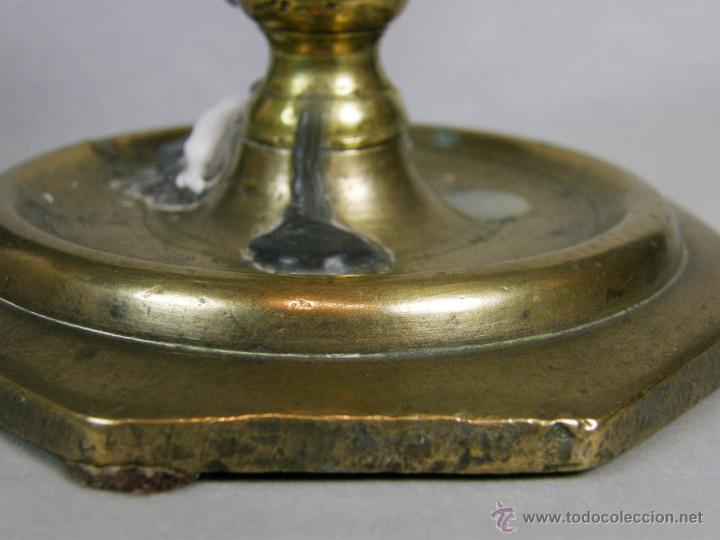 Antigüedades: Antiguo candelero portavelas bougeoir bronce octogonal s XVIII o XVII 2 bulbo pátina 11,5x11,5 - Foto 2 - 46146028