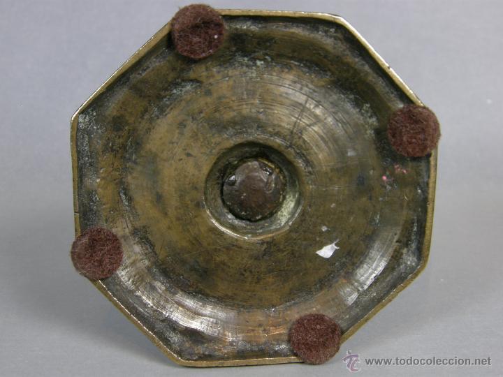 Antigüedades: Antiguo candelero portavelas bougeoir bronce octogonal s XVIII o XVII 2 bulbo pátina 11,5x11,5 - Foto 5 - 46146028