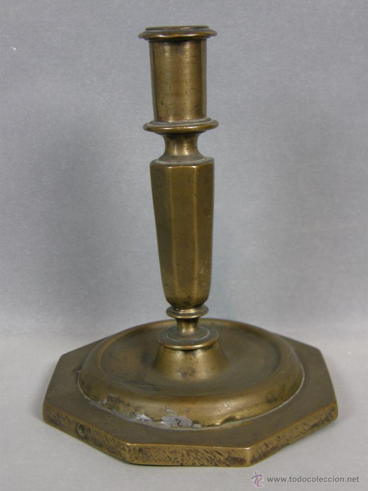 CANDELERO FLAMBEAU BOUGEOIR BRONCE OCTOGONAL ESPAÑA SXVII XVIII FUSTE OCTOGONAL PÁTINA 13,5X12CMS (Antigüedades - Iluminación - Otros)