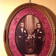 Antigüedades: ANTIGUO MARCO FOTO ESTILO ISABELINO EN MADERA SOBRE DORADA MEDIDAS 67CM. Lote 46147578