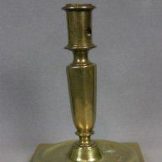 Antigüedades: CANDELERO FLAMBEAU BOUGEOIR BRONCE BASE CUADRADA ESPAÑA SXVII XVIII FUSTE OCTOGONAL 15X11CMS. Lote 46148352