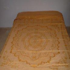Antigüedades: COLCHA ANTIGUA ADAMASCADA BORDADA. Lote 46171670