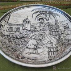 Antigüedades: PLATO EN CERAMICA DE PUENTE DEL ARZOBISPO ( TOLEDO ) VENDIMIANDO EN ISLAS CANARIAS.. Lote 46173247