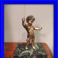 Antigüedades: GRACIOSA FIGURA DE UN NIÑO SOBRE BASE DE MARMOL. Lote 43223918
