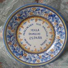 Antigüedades: PLATO DE CERÁMICA MAESTRE ENCARGO DE LA ASOCIACIÓN DE COROS Y DANZAS DE YECLA. Lote 46213365