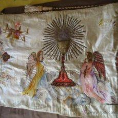 Antigüedades: IMPRESIONANTE PAÑO DE HOMBROS-HUMERAL PIEZA DE MUSEO BORDADO SEDAS DE COLORES. Lote 46229119