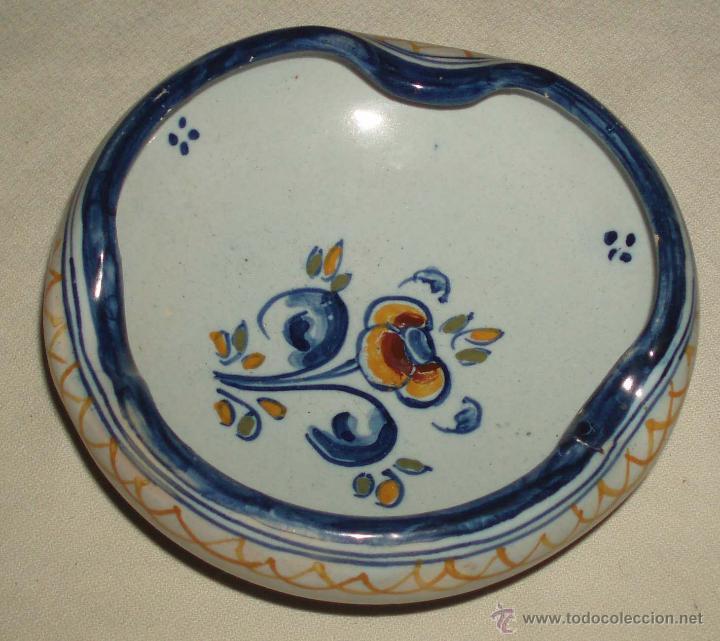 CENICERO PINTADO A MANO DE TALAVERA CON FIRMA (Antigüedades - Porcelanas y Cerámicas - Talavera)