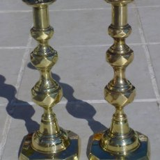 Antigüedades: MUY ANTIGUOS PAREJA DE CANDELEROS , HECHO DE BRONCE (LATON) AÑO 1900. 29.5 CM DE ALTURA. Lote 46367848