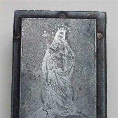 Antigüedades: VIRGEN CON NIÑO - ANTIGUO NEGATIVO EN METAL SOBRE TACO DE MADERA. Lote 57771559
