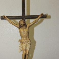 Antigüedades: CRISTO CRUCIFICADO DE ESCAYOLA, CON SU CRUZ PRINCIPIOS SIGLO XX. Lote 46391840
