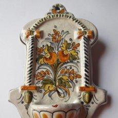 Antigüedades: BENDITERA, AGUABENDITERA, PILILLA CERÁMICA EN RELIEVE CERAMICA DE TALAVERA.. Lote 60563858