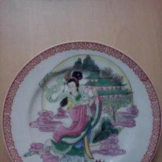 Antigüedades: PLATO DE COLECCION CHINO PINTADO A MANO - GEISHA.. Lote 46410830