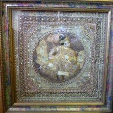 Antigüedades: TAPIZ BIRMANO BORDADO CON PEDRERÍA HILOS METÁLICOS Y PEDRERÍA REPRESENTA UN MAHARAJÁ.S. XX. Lote 46416166