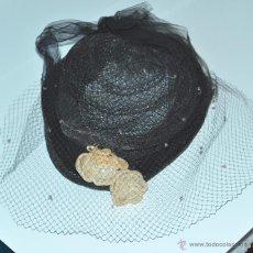 Antigüedades: PRECIOSO SOMBRERO DE DAMA DE PRINCIPIOS SIGLO XX, CON FLORES, ENCAJE Y REDECILLA. VER FOTOS. Lote 46433119
