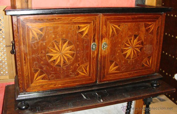 MAGNIFICO BARGUEÑO Y MESA DE PATA DE LENTEJA. S.XVII. PRECIOSO TRABAJO EN MARQUETERÍA. (Antigüedades - Muebles Antiguos - Bargueños Antiguos)