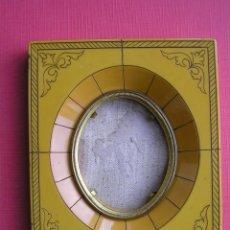 Antigüedades: PORTAFOTOS .BAQUELITA O CELULOIDE GRABADA A MANO . CIRCA 1900.. . Lote 46470525