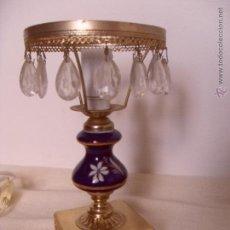 Antigüedades: LAMPARA PEQUEÑA PORCELANA AZUL DECORACION FLORAL Y FILOS DORADOS. LAGRIMAS DE CRISTAL VELADOR. Lote 46477853
