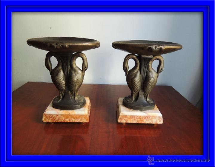 PAREJA DE COPAS ART DECO DE CALAMINA SOBRE BASE DE MARMOL CON CISNES (Antigüedades - Hogar y Decoración - Copas Antiguas)
